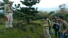 劉所長為同學解說地層堆積現象