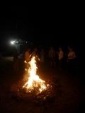 在陶器覆蓋木材與落葉後開始燃燒